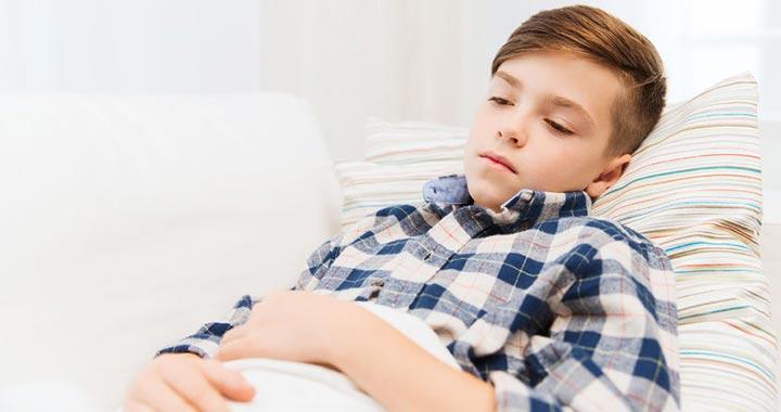 ha a gyermek férgekkel és tünetekkel rendelkezik)